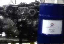 エンジンを固定し、オイルの入ったドラム缶と記念撮影